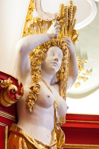 Auf dass die Friedensverhandlungen Früchte tragen: eine mit Ähren bekrönte, äußerst weibliche Stuckfigur symbolisiert den Sommer.