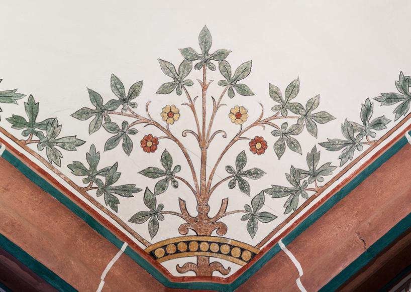 Florale Deckenmalerei aus der Nachkriegszeit