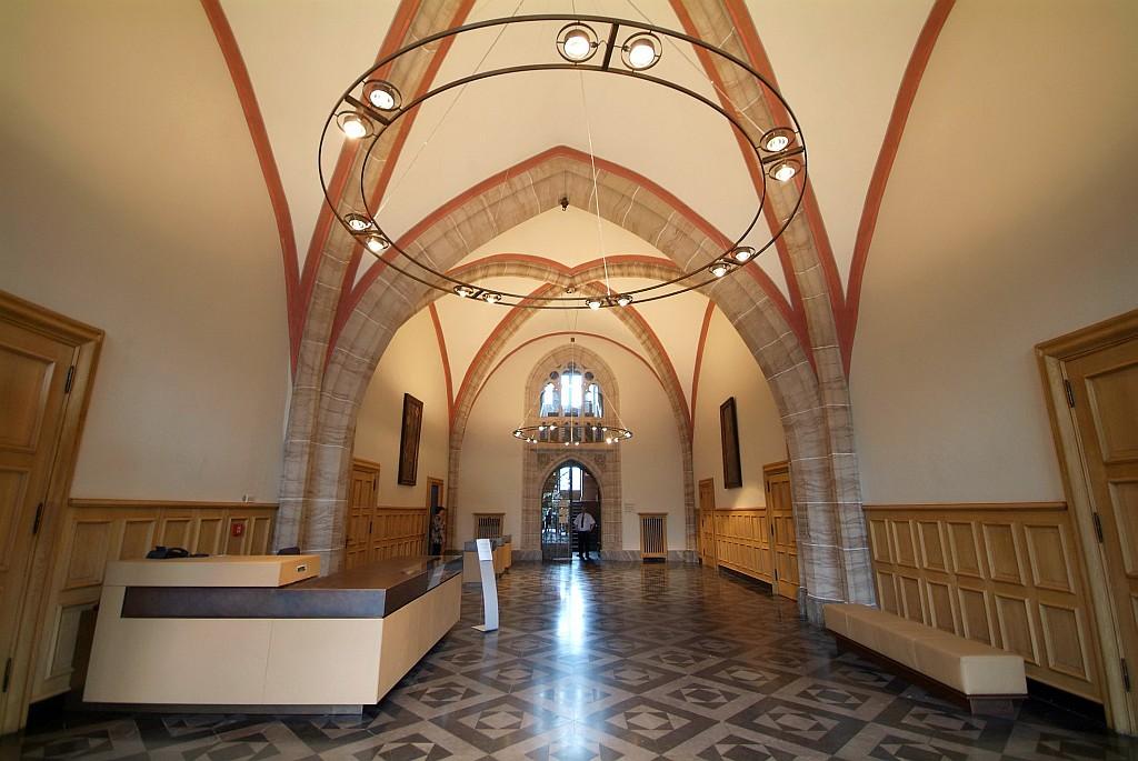 Blick ins Foyer mit dem Empfangstresen. Links ist der Eingang zum Ratssaal, rechts zum Weißen Saal