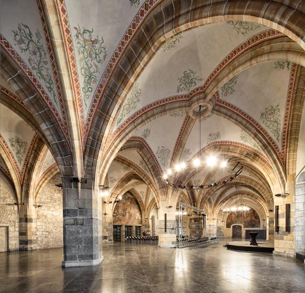 Blick in den Krönungssaal mit seinem beeindruckenden Kreuzrippengewölbe
