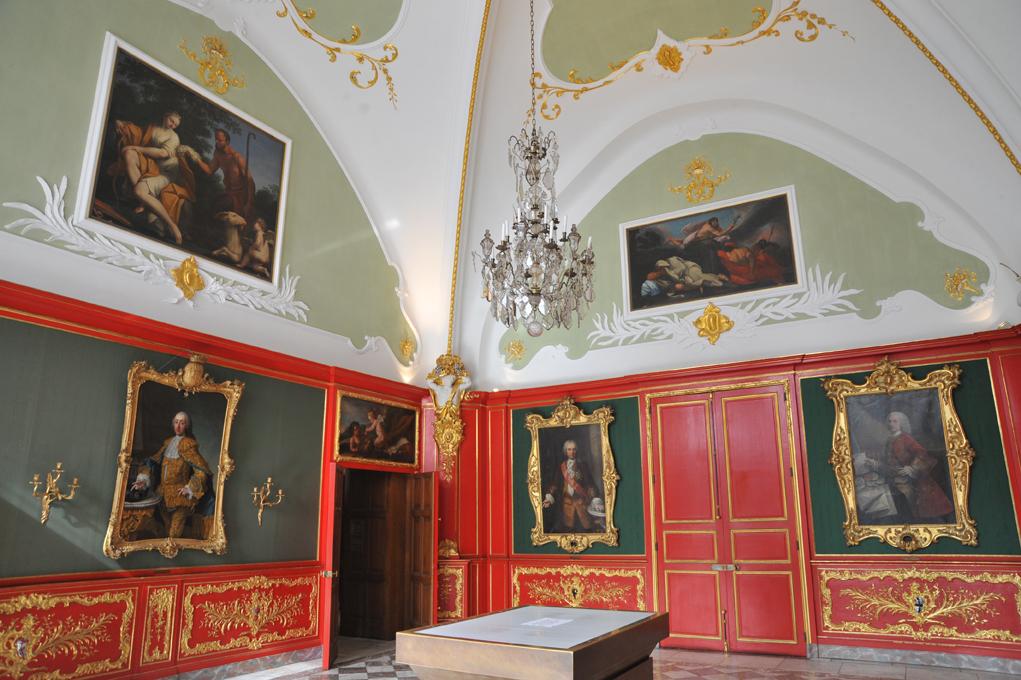 Blick in den Friedenssaal, der mit Gesandtenbildern und mythologischen Szenen geschmückt ist.