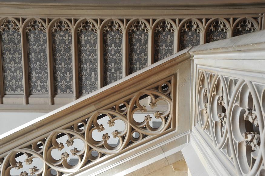 Das Ark'sche Treppenhaus ist mit der französischen Lilie geschmückt. Zusammen mit dem deutschen Adler symbolisierte sie im 19. Jahrhundert das ursprüngliche Frankenreich.