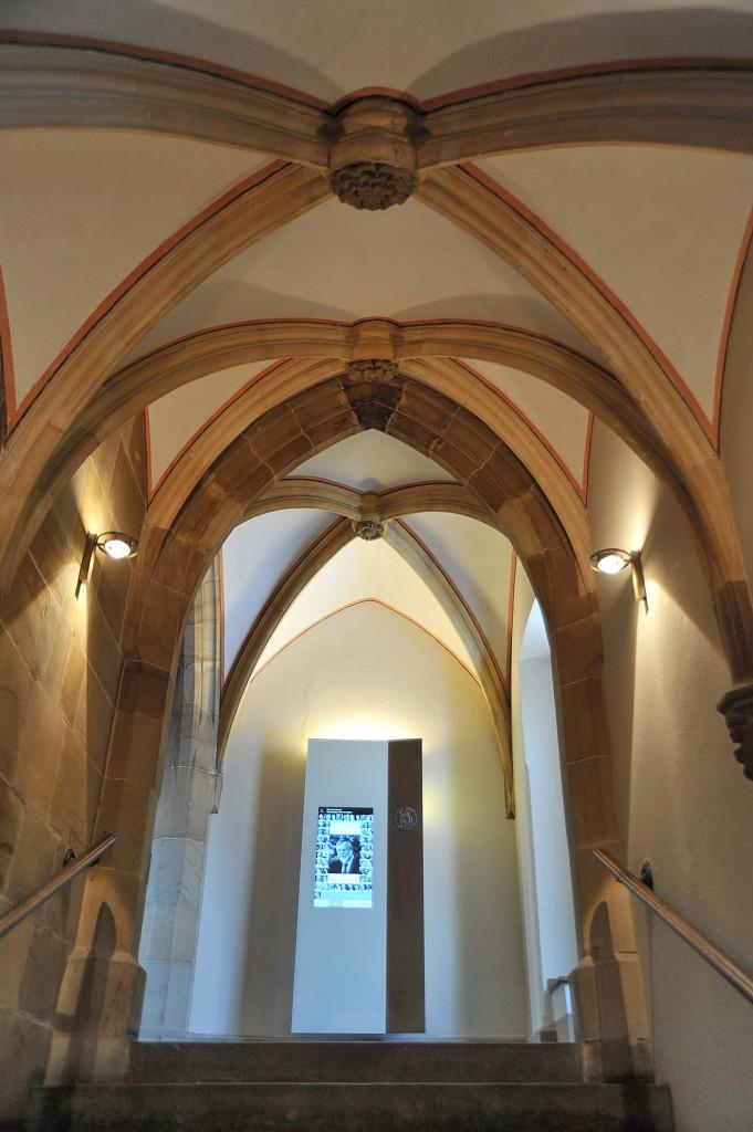 Blick auf die Stele, die über die Aachener Karlspreisträger informiert.
