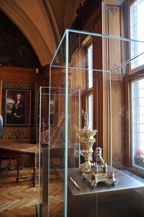 Der Heroldspokal stammt aus dem Jahr 1901. Gefertigt hat ihn der Aachener Goldschmiedemeister Witte als Geschenk für Wilhelm II. Das Teufels-Tintenfass bezieht sich auf die Aachener Dombausage, in der der Teufel eine Hauptrolle spielt.