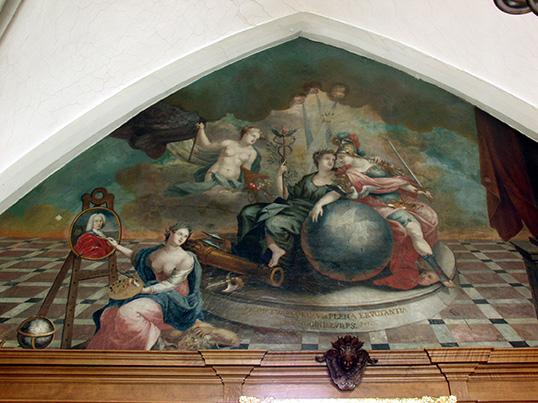Frieden und Gerechtigkeit teilen sich die Weltkugel auf dem Gemälde von Johann Chrysanth Bollenrath (um 1730). In dem Bild auf der Staffelei hat sich der Maler selbst porträtiert.
